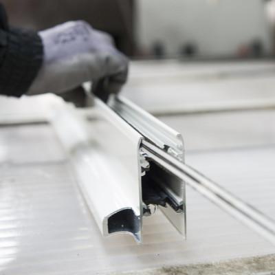 Ouvrier travaillant sur de l'aluminium